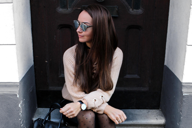Fashioncircuz by Jenny calzedonia-strumpfhose OUTFIT | STYLISCHER PULLOVER ZUM SCHNÜREN & LEDERROCK